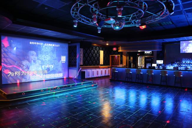 金色年華卡拉OK店大型舞台和大廳可唱歌、跳舞和表演。