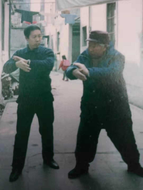 楊式太極拳第五代傳人楊俊義(左)年輕時與傅鍾文學拳。