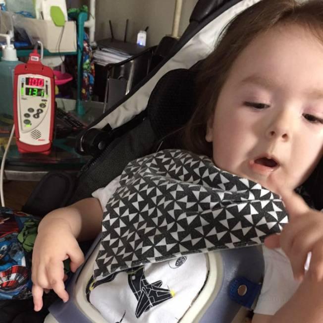 Jackson Silva在三個月時被檢測出患有脊肌萎縮症,其父母致力呼籲重視。(取自臉書)
