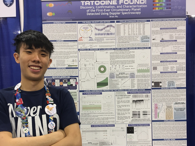 吳奕康運用創新的演算技術,發現了環聯星運轉行星,入圍雷傑納隆科學獎決賽。(取自霍瑞斯曼中學網站)