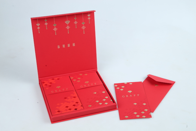 英國高級珠寶品牌GRAFF將紅包袋設計成四個正方形並飾以不同圖案,頗有拼圖趣味。記者許正宏/攝影