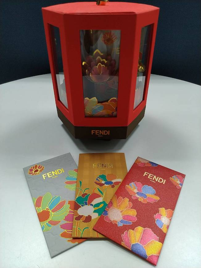FENDI以中國風的古典設計打造富貴花卉小亭閣的紅包盒,浮誇且奢華,印花紅包袋相當精緻。記者黃仕揚/攝影