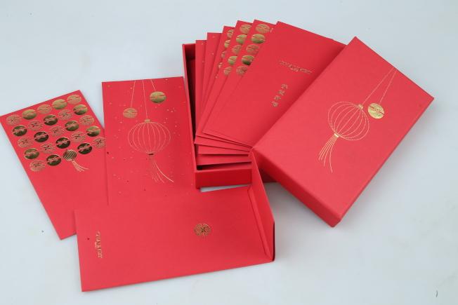 高級珠寶品牌Chaumet在1月時推出Jeux de Liens Harmony全新系列珠寶,由兩個半圓形組成,所以品牌就把這樣的概念,結合了紅燈籠的意象,設計出兩款不同圖案的紅包袋,祈求「圓滿」意象。記者許正宏/攝影
