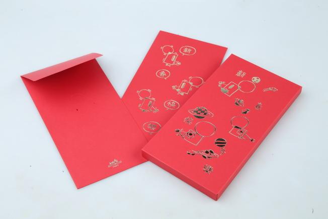 愛馬仕以抽象的老鼠配上星球圖案呈現天馬行空的奇幻世界,還搭配摺紙遊戲讓紅包更為立體有趣。記者許正宏/攝影