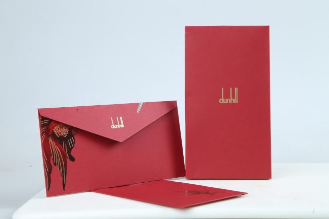 雖然今年是金鼠年,不過針對華人的新年,dunhill另有打造了以「金魚」為主題的限定袋包、服飾。因此紅包袋的設計也沿用了相同的圖案,而且每一個都不相同,具有巧思之外還是緊扣的年年有「魚」的吉祥寓意。記者許正宏/攝影