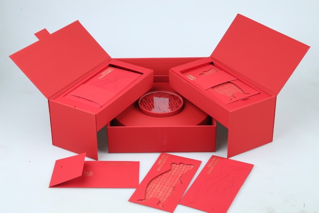 CK CALVIN KLEIN的紅包盒相當奢華氣派,雙開式紅包袋有兩款,打開是圓形點心盒還有遊戲盤,相當適合過年時作為喜氣擺設。記者/許正宏攝影