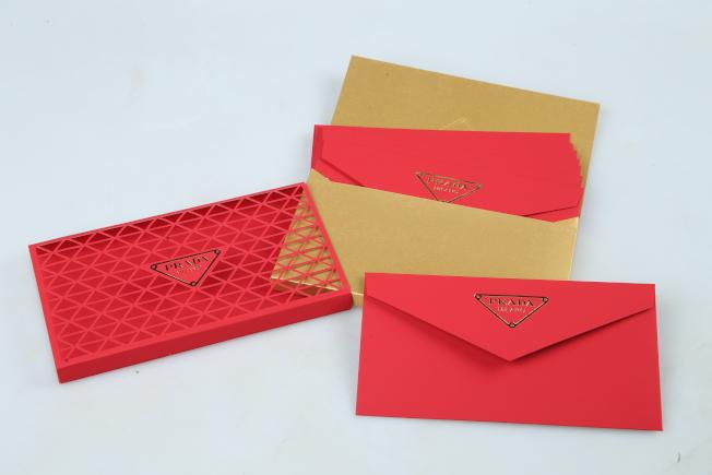 PRADA以經典的三角LOGO點綴紅包袋,為年節注入簡約時尚。記者許正宏/攝影