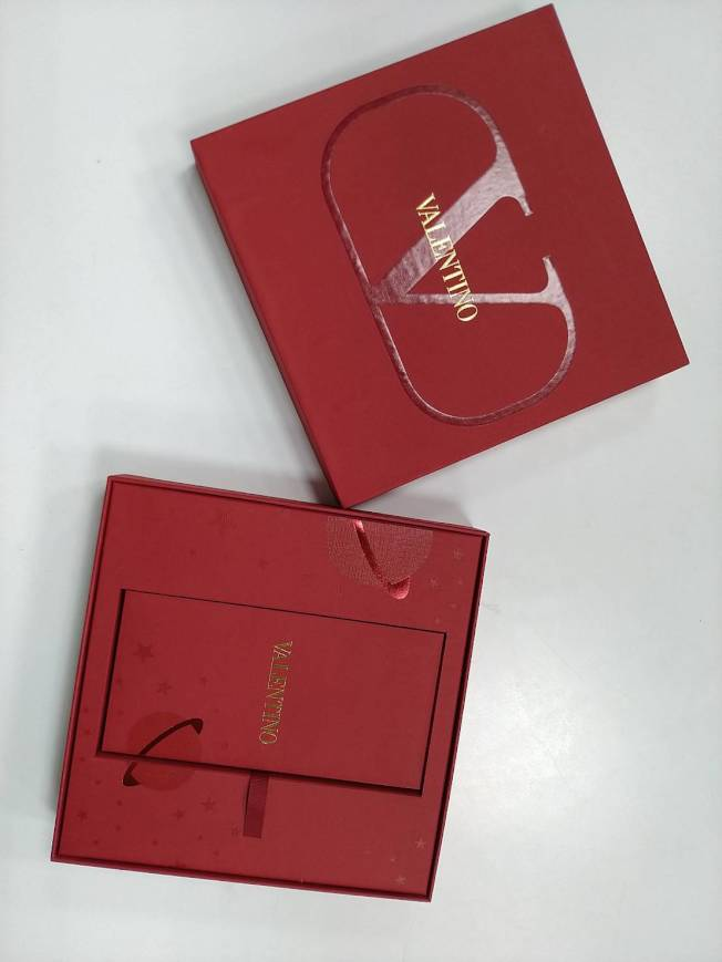 VALENTINO的紅包盒以簡約的品牌V字作霧面設計,搭襯別緻的星球圖紋。記者黃仕揚/攝影