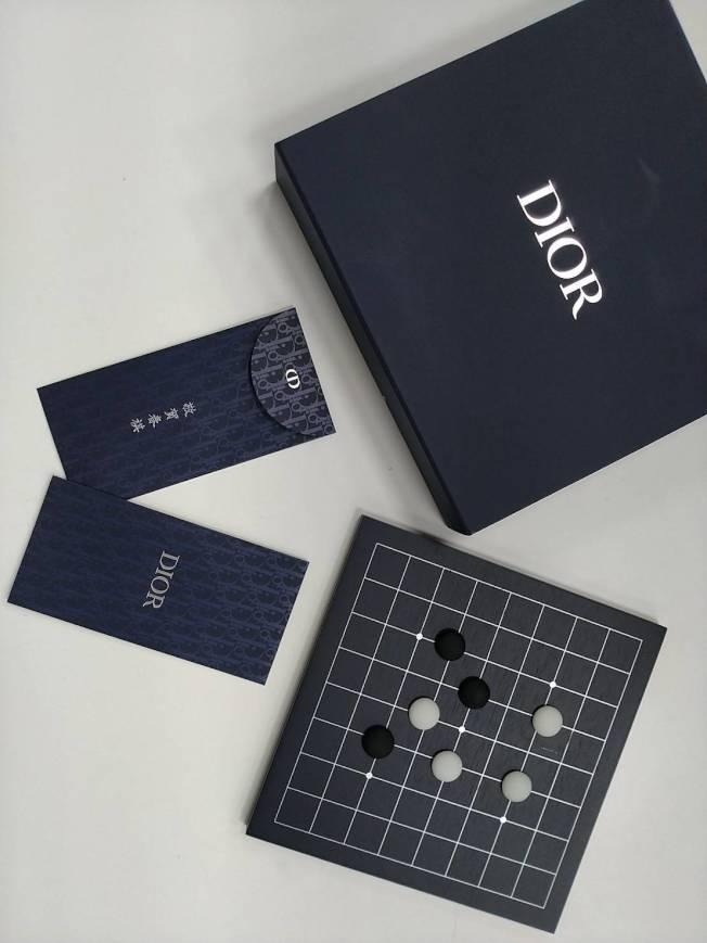 DIOR以經典海軍藍和Oblique印花打字紅包袋,並附上典雅的棋盤盒,讓年節多了文人雅士的風韻。記者黃仕揚/攝影