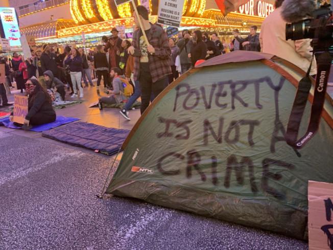 抗議賭城市府新法驅趕遊民,「佔領弗利蒙街」示威者被捕。(民眾提供)