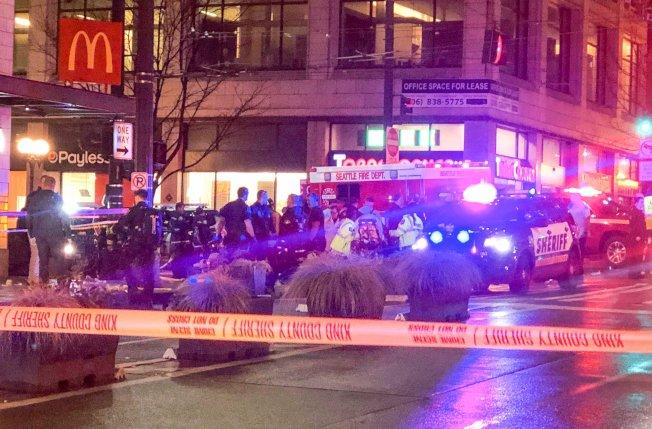 西雅圖市中心22日下午發生槍擊案,造成一人死亡和七人受傷。圖為警方封鎖現場進行調查。(美聯社)