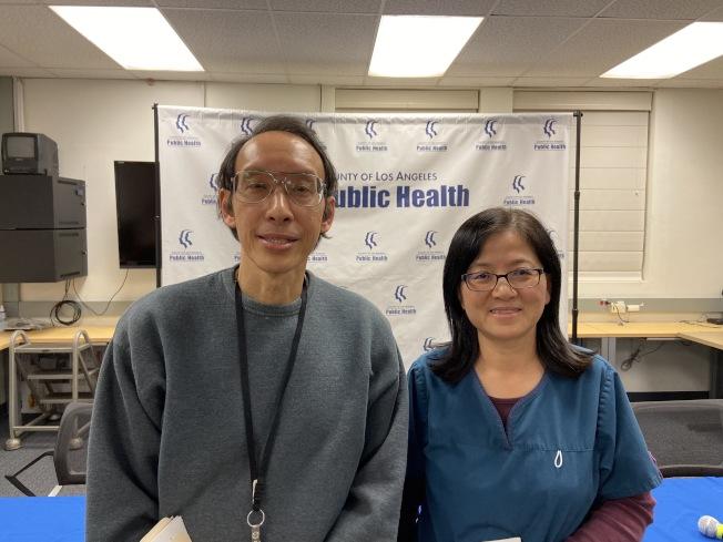洛杉磯縣公共衛生局華裔肺炎醫師陳錦永(左)、華裔護士王鳴娥(右)。(記者謝雨珊/攝影)