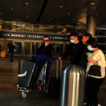 機場未見篩檢 華裔旅客自戴口罩