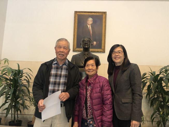 曾文興(左)與太太(中)以及洛杉磯世界日報社長于趾琴合影。(記者王若然/攝影)