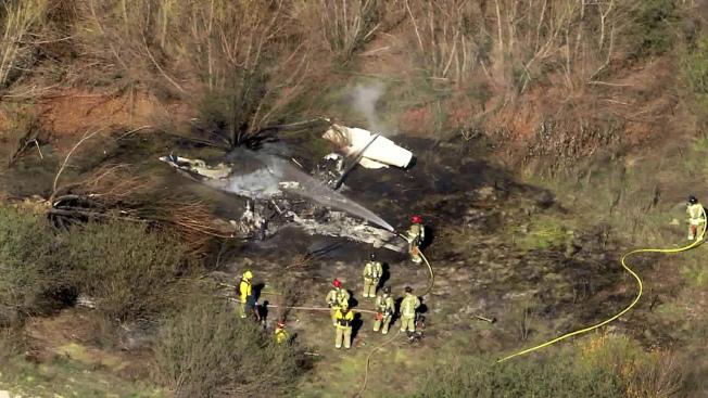 小飛機被燒成只剩機尾完整。(美聯社/KTLA電視台)