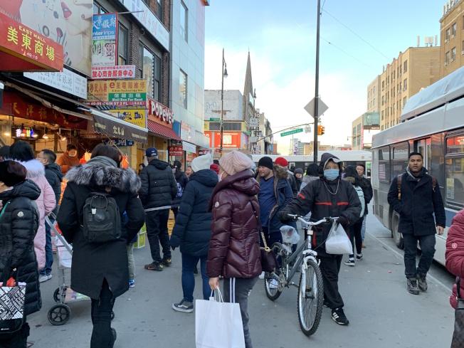 武漢肺炎疫情擴及到美國,但紐約市尚未出現病例;天氣嚴寒,法拉盛有不少民眾帶口罩出行。(記者賴蕙榆/攝影)