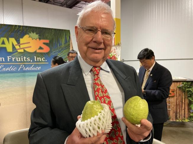 瑞士總領事商務領事Franz Gehaig認為台灣芭樂不甜不膩,非常美味。(記者謝雨珊/攝影)