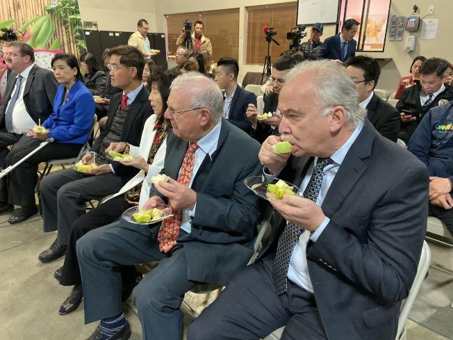 瑞士駐洛杉磯總領事Franco Zimmerli(左一)、商務領事Franz Gehaig(左二)品嚐台灣芭樂。(記者謝雨珊/攝影)