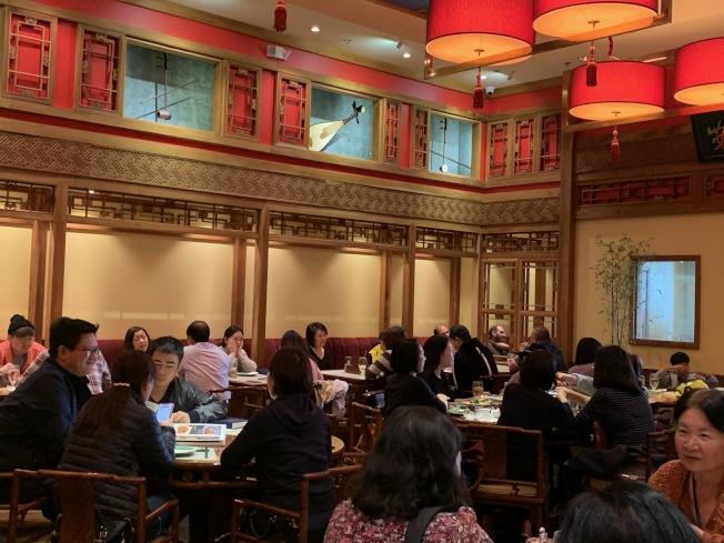 春節期間華人餐廳機會走座無虛席。(記者張宏/攝影)