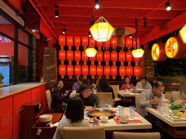 新開業的老碼頭餐廳裝飾得紅紅火火很有春節氛圍。(記者張宏/攝影)