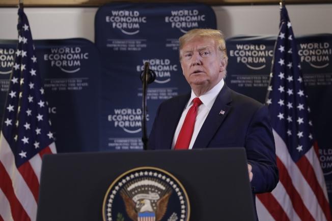 川普總統在瑞士達沃斯批評民主黨,並稱他希望能出席參院審理,親自辯解。(美聯社)