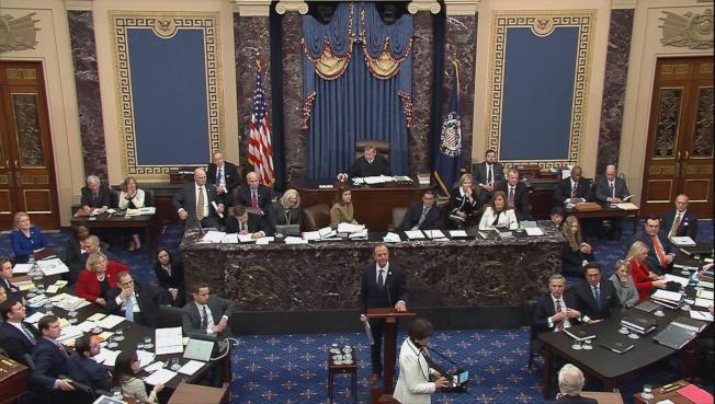 參院聽審彈劾總統案,眾院情報委員會主席謝安達正在陳詞。(路透)