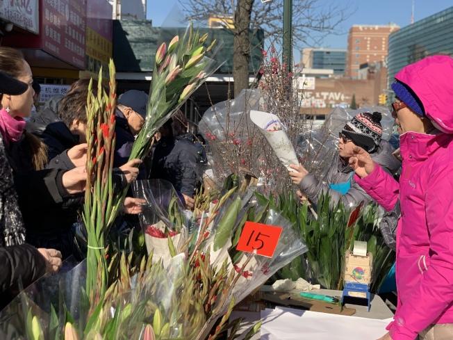 法拉盛民眾在街頭購買年節鮮花。(記者曹健╱攝影)