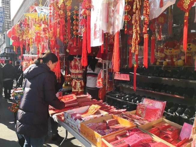 華人忙著挑選紅包。(記者黃伊奕/攝影)