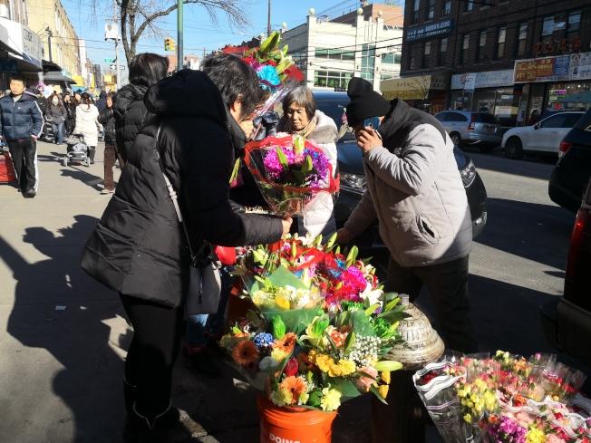 春節將至,華人忙著購買年貨。(記者黃伊奕/攝影)