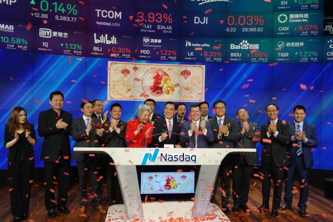 黄屏与夫人张爱萍、副总领事钱进等敲响那斯达克闭市钟庆祝新年。(记者金春香 / 摄影)