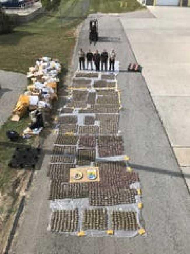 聯邦海關和邊境保護局的農產品專家過去四個月在辛辛那提港,查獲來自中國和香港的51箱貨物,貨物標示為零件或衣服,但裡頭卻是約3400磅活生生的大閘蟹。圖為當局展示查獲物資。( 海關和邊境保護局照片)