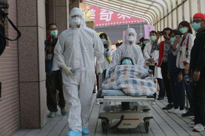因應台灣出現首例武漢肺炎,高醫大附設醫院22日舉行防疫演練,模擬收治疑似感染病患,醫護人員全身防護裝備。各地醫院也都升高戒備,務求滴水不漏。(記者劉學聖/攝影)