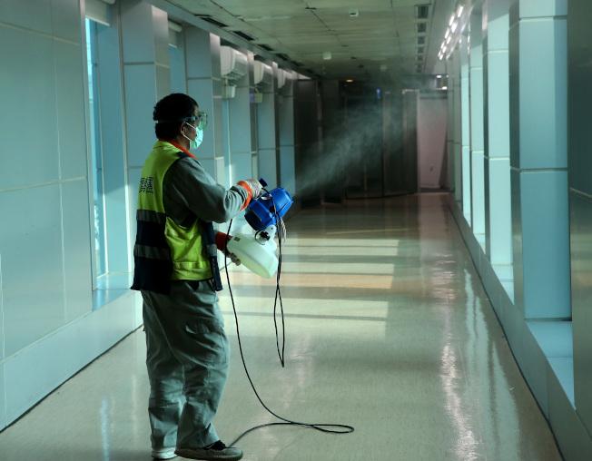 武漢肺炎疫情嚴峻,台灣全面張起防疫網,桃園機場公司建置消毒隊,定期或機動消毒機場內外,防範病毒入侵。(記者陳嘉寧/攝影)