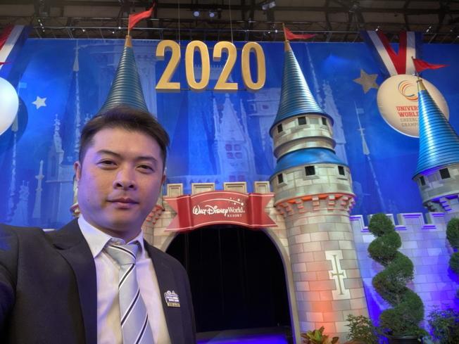 中華民國啦啦隊協會秘書長廖志華(左)應邀擔任評審,特別向佛州鄉親拜年。(廖志華提供)