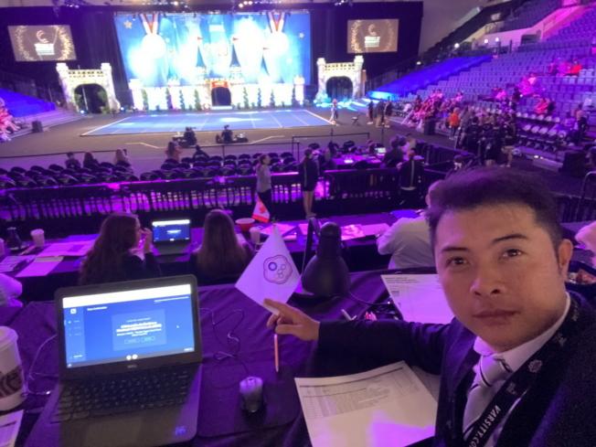 中華民國啦啦隊協會秘書長廖志華(右)應邀擔任評審,圖為評審席一景。(廖志華提供)。(廖志華提供)
