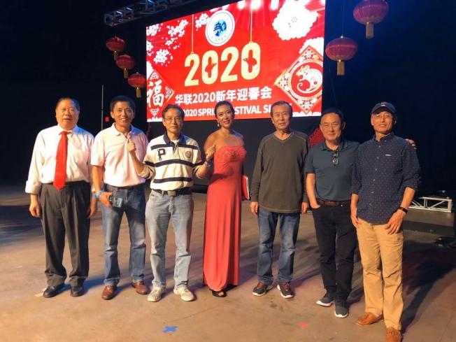 在舞台後面工作的幕後英雄,左起黃建思、翟曉東博士、盧俊博士、主持人郭睿、王樹棟教授,黃堅博士和張福振教授。(佛州華聯提供)