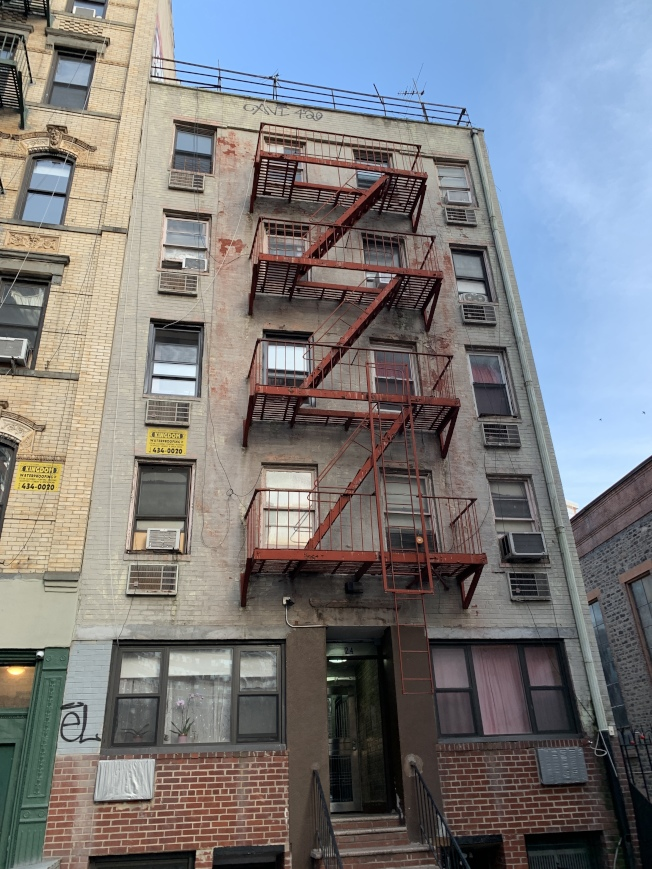 數據顯示,自紐約州實施史上最嚴格的租房監管法律之後,過去五個月來,紐約市租金管制公寓房東修繕房屋的次數大幅下降。(記者和釗宇/攝影)