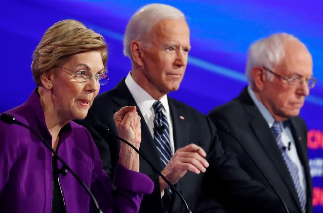 CNN最新民調,民主黨總統參選人桑德斯(右一)的支持率超越白登(中),居第一,華倫(左)居第三。(路透)