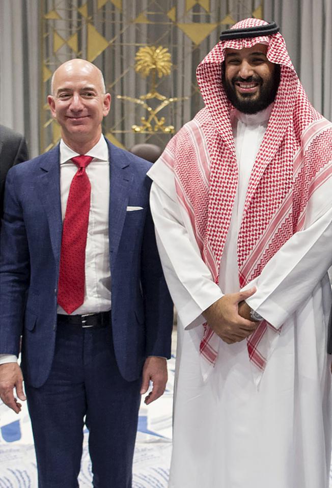 貝佐斯(左)2016年訪問沙國首都利雅德時,與王儲合影。(Getty Images)