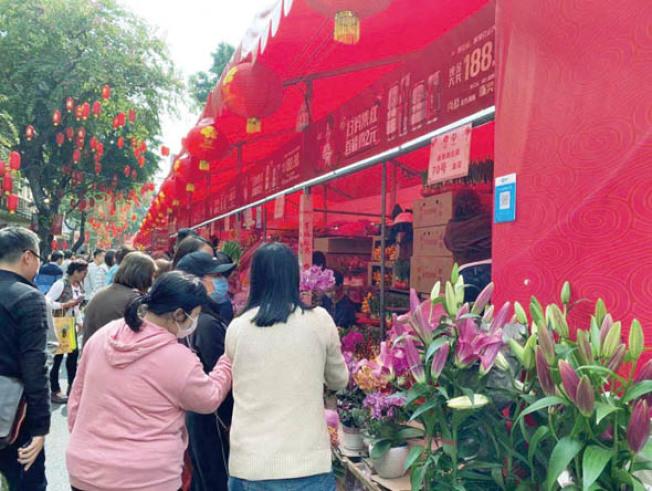 武漢新型冠狀病毒感染肺炎正在世界各地擴散。圖為廣東市民在逛花市時也戴上口罩。(市民供圖)