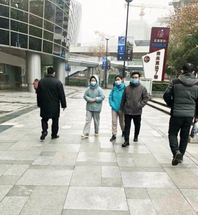 武漢新型冠狀病毒感染肺炎擴散,中國市民防護意識增強,武漢街頭隨處可見戴口罩的居民。(市民供圖)
