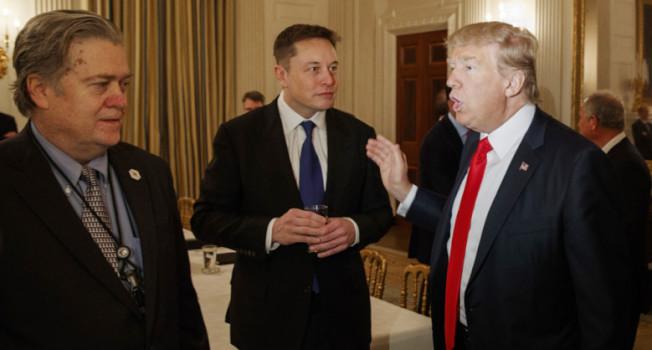 32--川普上任之初,於2017年2月在白宮召開科技大會,馬斯克(中)捧場出席。當時白宮首席策士巴農(左一)仍然在任。(美聯社)