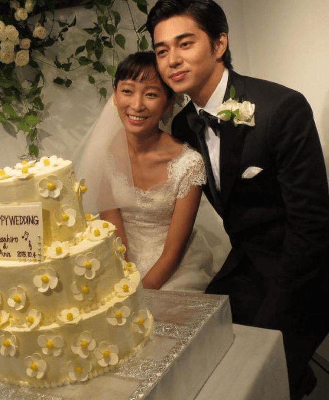 東出昌大認了外遇,圖為他和渡邊杏結婚時合影。(取材自微博)
