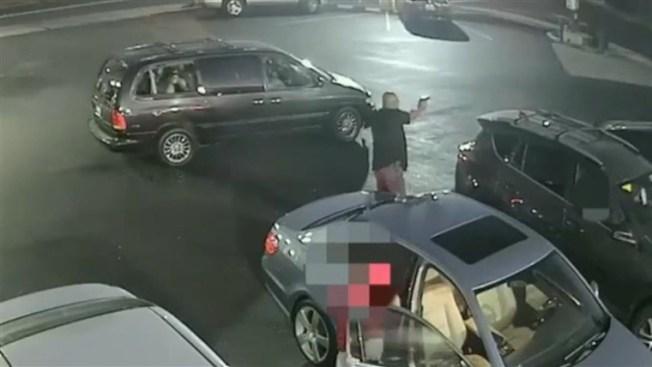 便衣警舉槍,從背後射擊非裔男。當時非裔男正步行離開,離開警察有30至40呎。(圖:委利賀警察局)