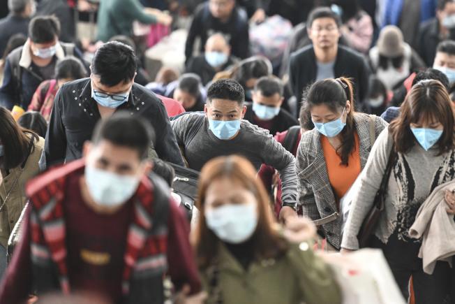 武漢肺炎疫情持續擴大,1月22日正值春運高峰期,廣州南站的旅客紛紛戴起口罩。(中新社)