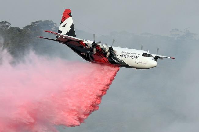 澳洲新南威爾斯省鄉村消防局租用的一架C-130型空中消防飛機,攝於10日。新省23日傳出一架C-130型空中消防飛機失事,3名美籍機組員均已身亡。法新
