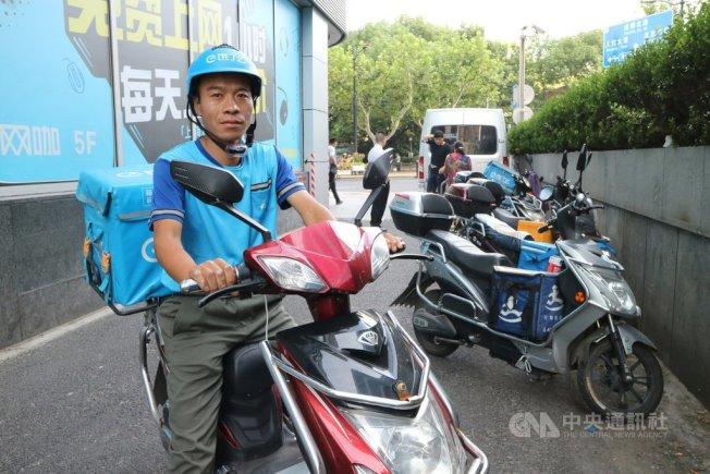 中國「叫個外賣吃吧」已成民眾順口溜。儘管行業普及速度快,但不少人對於「送外賣的」仍帶有職業歧視,甚至還有辦公大樓不准外送員搭電梯,圖為示意圖。中央社