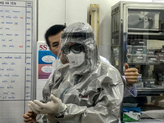 越南衛生部副部長23日進入隔離區探視兩名感染武漢肺炎的病人前,穿上防護衣。Getty Images