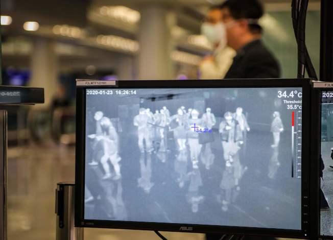 春節即將來臨,23日,香港國際機場監測到達旅客的身體溫度,防範武漢肺炎病毒進一步擴散。(Getty Images)