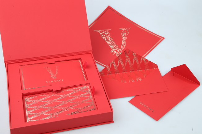 VERSACE使用了主打包款Virtus系列包身中央的巴洛克花紋勾勒金屬V型字母,帶出品牌的美學傳統。記者許正宏/攝影